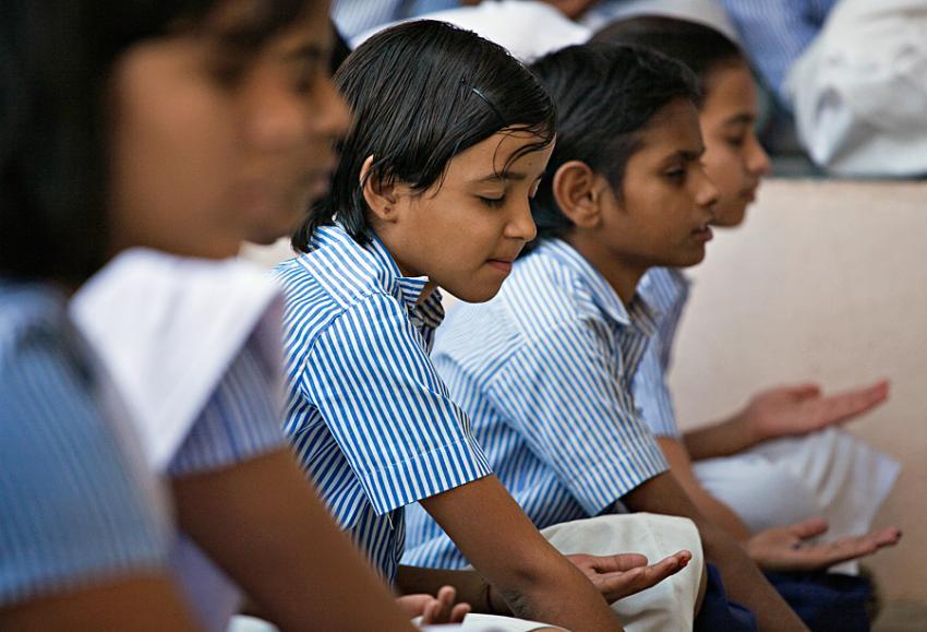Деца се учат да медитират в училище в Индия